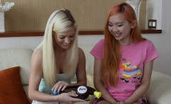 pornstars candee licious and harriet sugarcookie play bop it