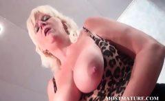 Mature bitch pleasures cunt with vibrator
