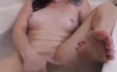 Webcam Teen Rubs Pussy In Bath Tub