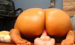 Girl with big fat ass shaking on Webcam